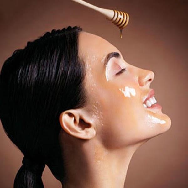 Trước khi đi ngủ, hãy bôi 1 lớp mỏng sữa ong chúa lên toàn bộ gương mặt